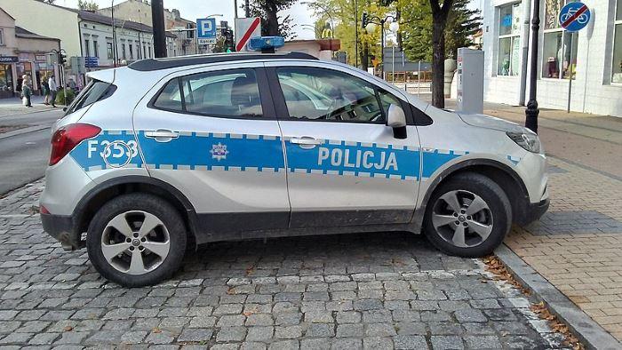Policja Tomaszów Maz.: Policjant w dniu wolnym od służby pomógł rodzinie uciec z płonącego pojazdu